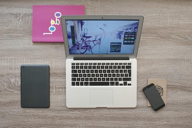 USBハブでデスクワークを快適【机周りの配線やコードを整理整頓】