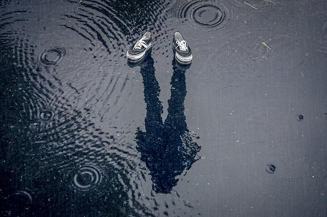 シューズカバーで雨からスニーカーを守る【レインブーツ代わりに便利】